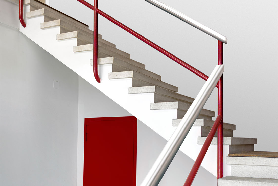 10-diseno-grafico-branding-senaletica-pirobloc-escaleras-barandilla-rojo