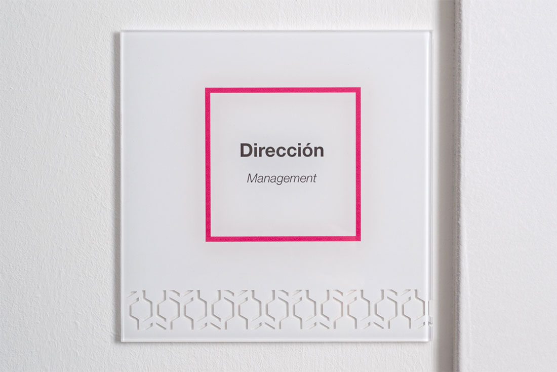 12-diseno-grafico-branding-senaletica-condensia-cartel-despacho