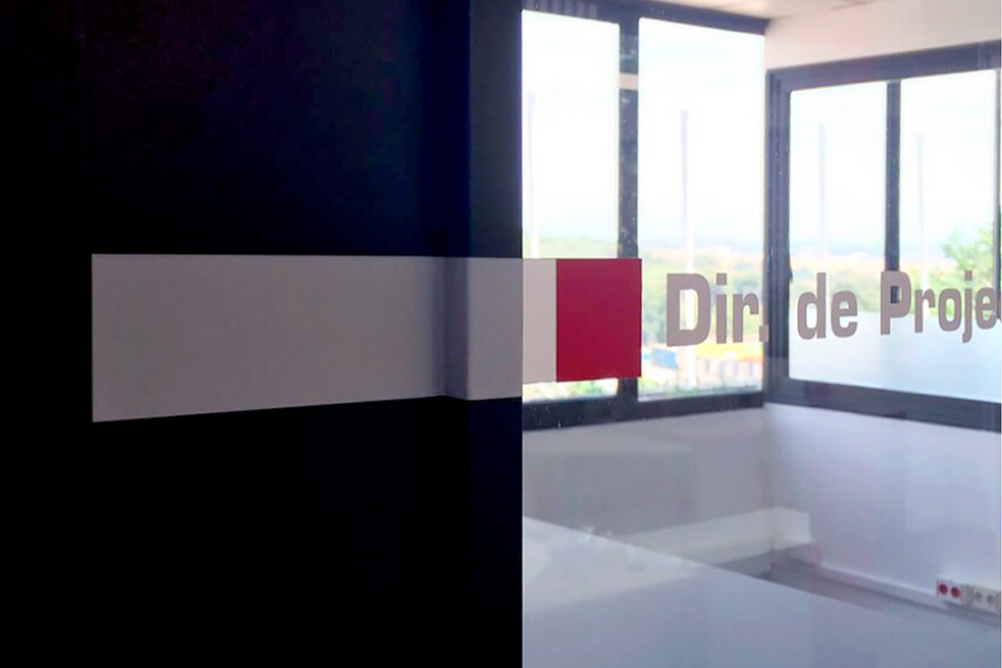22-diseno-grafico-branding-senaletica-pirobloc-vinil-puertas