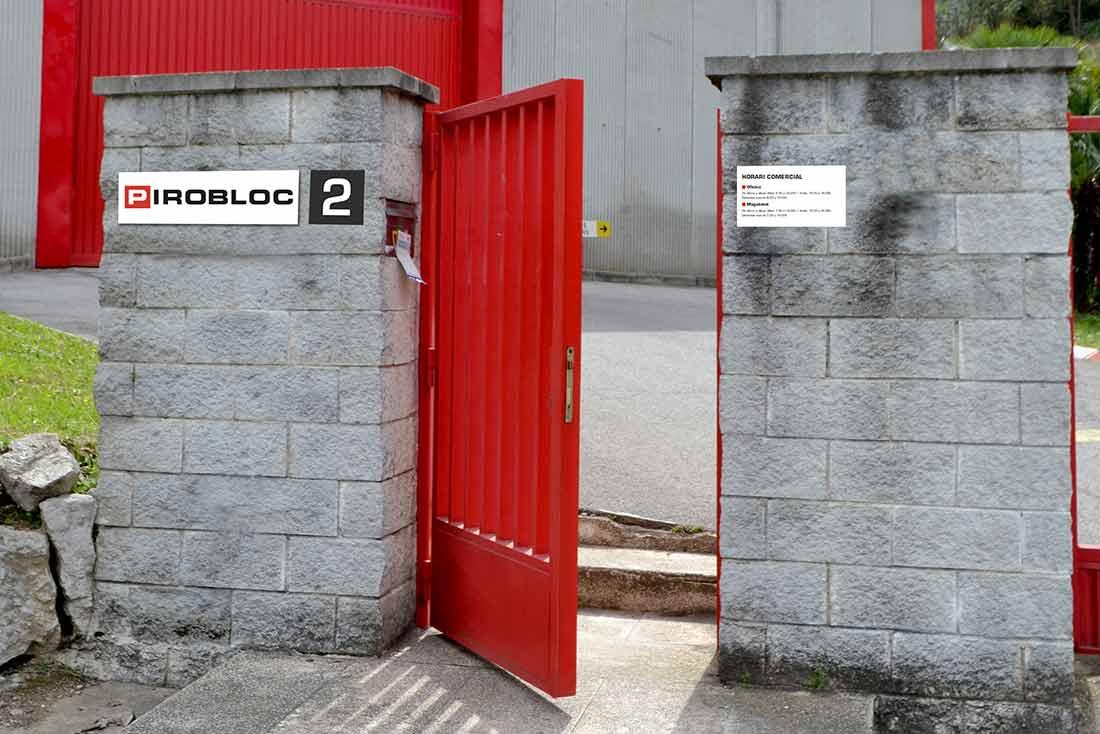 3-diseno-grafico-branding-senaletica-pirobloc-puerta