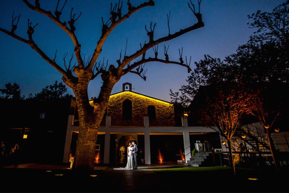 3-diseno-grafico-web-masllombart-boda-masia-exteriores-noche-iluminacion
