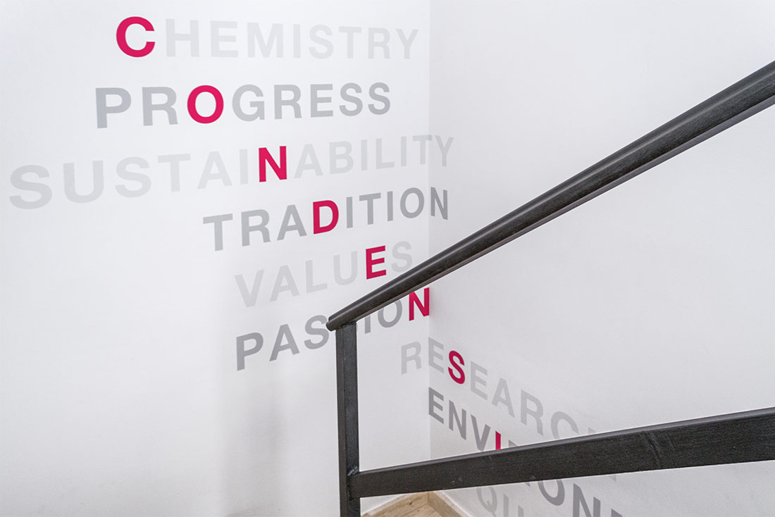9-diseno-grafico-branding-senaletica-condensia-entrada-escalera